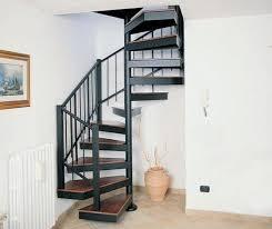 Какого типа лестницу установить в собственном загородном доме
